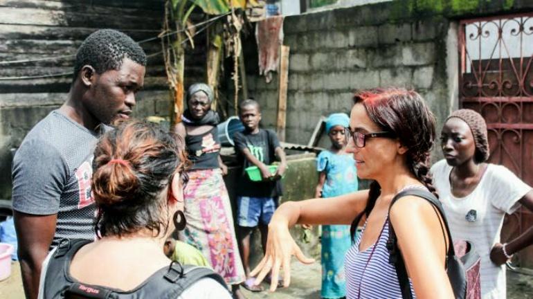 La activista Helena Maleno en una imagen de archivo en la que aparece asesorando a la familia de una víctima de 'El Tarajal'.