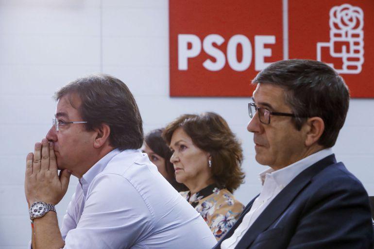 Patxi López, el presidente de la Junta de Extremadura, Guillermo Fernández Vara; y Carmen Calvo,d-i., durante la rueda de prensa que el secretario general del PSOE, Pedro Sánchez