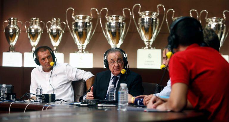 El presidente del Real Madrid, Florentino Pérez, en la sala de juntas del club blanco con Manu Carreño y todo el equipo de 'El Larguero'.