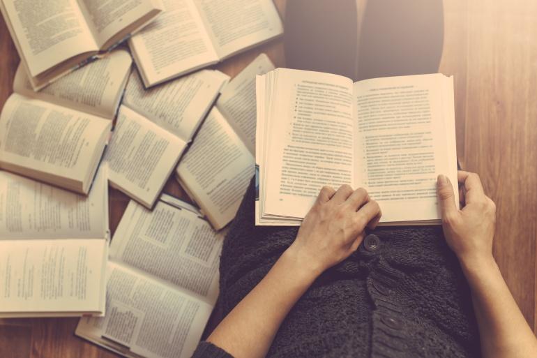 Una persona con un libro sobre las rodillas