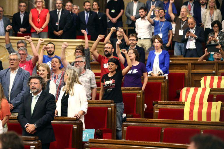 Diputados de Junts pel Sí y de la CUP cantan Els Segadors tras la aprobación de la a ley del referendum, esta noche en el Parlament, en Barcelona.