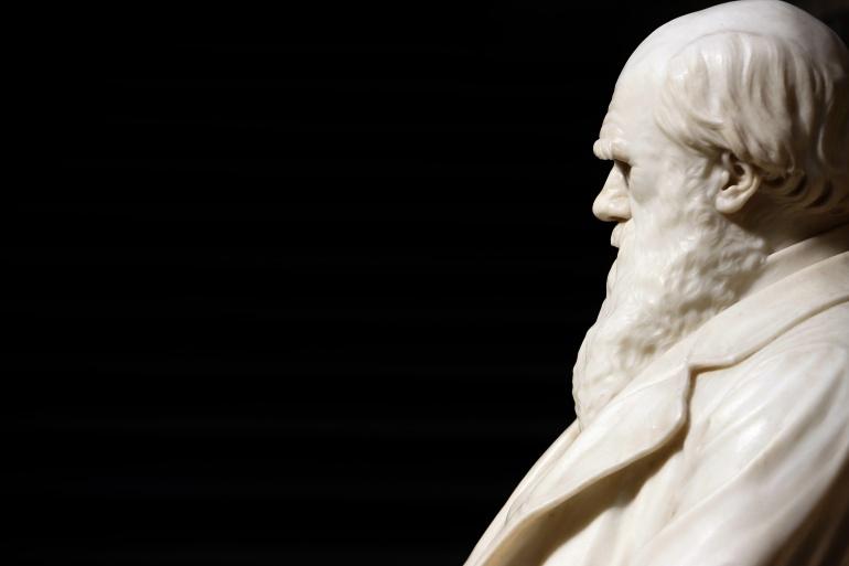 Escultura del científico Charles Darwin