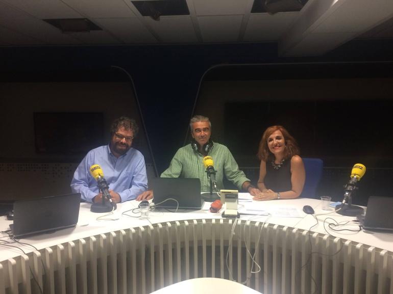 Carles Francino, Sergio del Molino y Elvira Lindo en los estudios de la Cadena SER