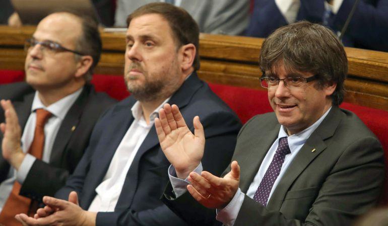 El presidente de la Generalitat, Carles Puigdemont junto al vicepresidente del Govern, Oriol Junqueras durante el debate del Parlament