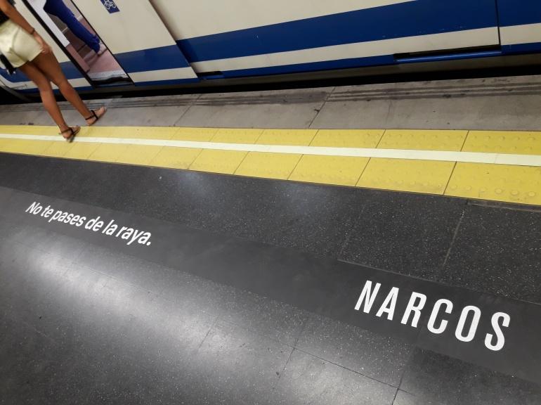 Mensaje publicitario de la serie 'Narcos' en un andén del Metro de Madrid