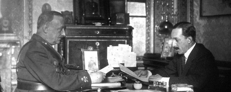 El golpista Miguel Primo de Rivera y el rey Alfonso XIII, despachando asuntos durante la dictadura que ambos impusieron en el país
