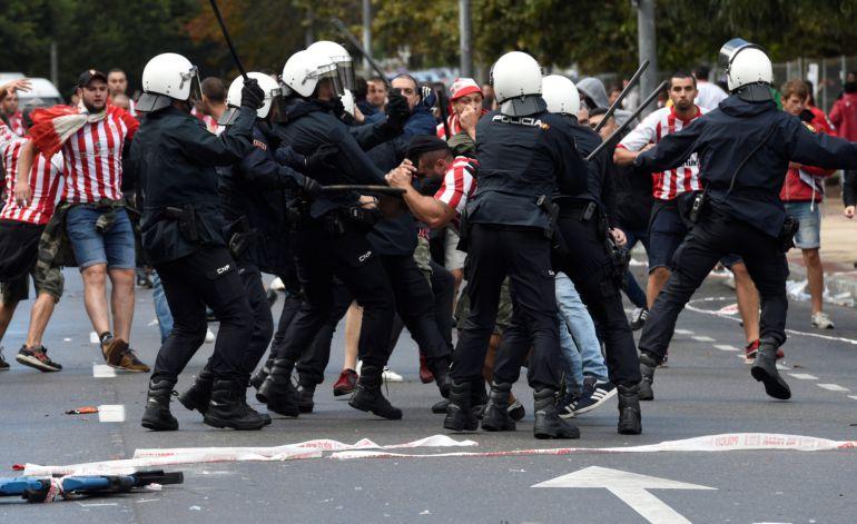 Aficionados del Sporting se enfrentaron con la policía en el último derbi asturiano.