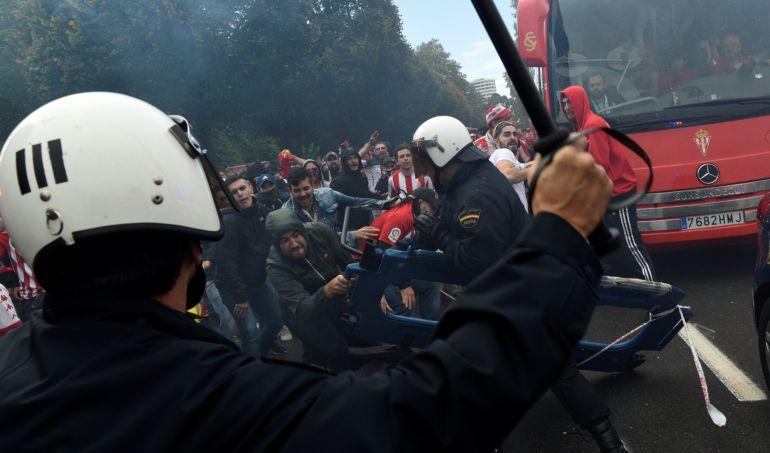 Un grupo de ultras del Sporting se enfrentó a la policía en el último derbi asturiano.