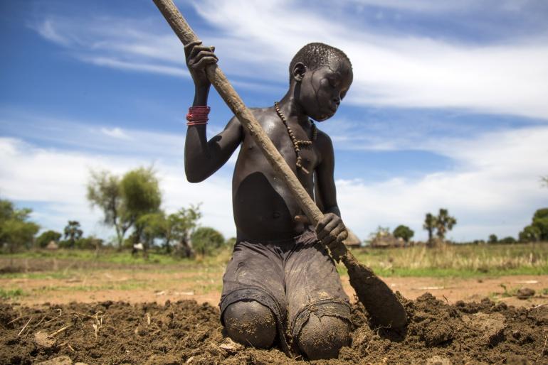 Un niño de 13 años cultiva la tierra en Sudán del Sur