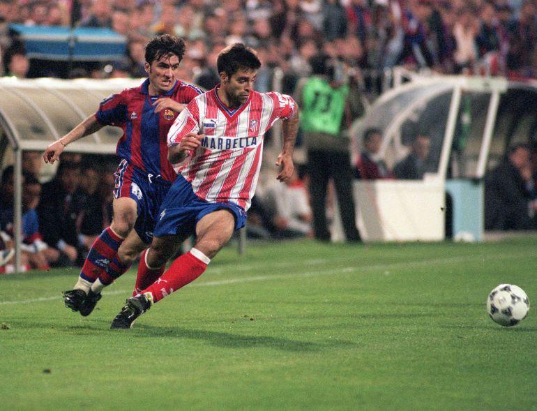 El jugador del Atlético de Madrid Solozabal avanza con el balón perseguido por Hagi, del Barcelona.
