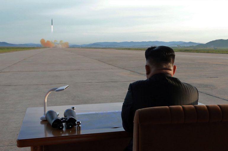 Kim Jong Un observa el lanzamiento de un cohete.