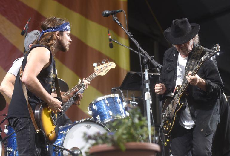 Lukas Nelson (a la izquierda) tocando junto a Neil Young en el festival de Jazz de New Orleans en mayo de 2016