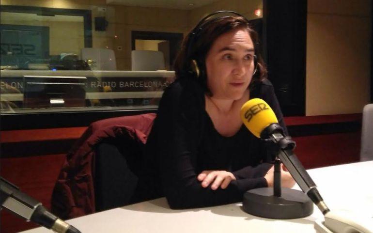 La alcaldesa de Barcelona, Ada Colau, durante la entrevista en los estudios de Radio Barcelona