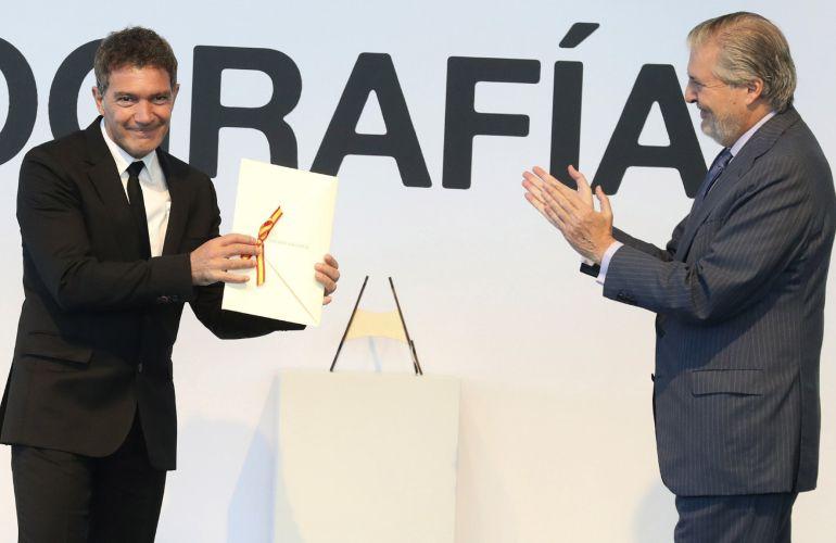 El actor Antonio Banderas recibe el Premio Nacional de Cinematografía de manos del ministro de Educación, Cultura y Deporte Íñigo Méndez de Vigo.