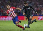 Morata guía el balón ante Lucas Hernández