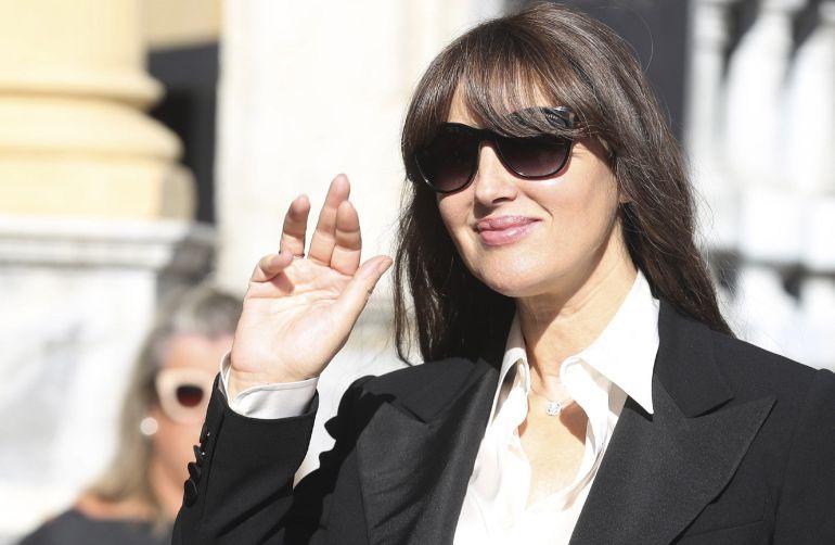 La actriz Monica Bellucci, saluda a su llegada a San Sebastián donde esta noche recibe el tercer y último premio Donostia de la 65 edición del Festival de Cine de San Sebastián