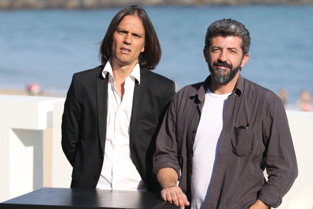 El director Alberto Rodríguez (d) y el co-creador y guionista Rafael Cobos