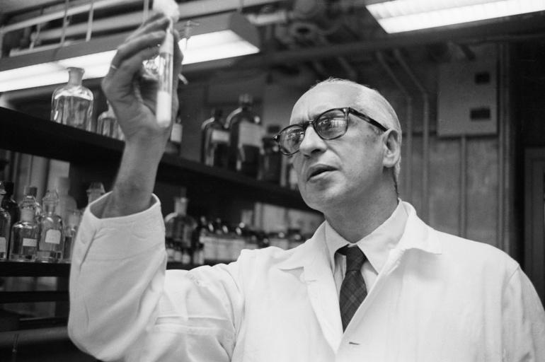 El doctor Severo Ochoa en su laboratorio