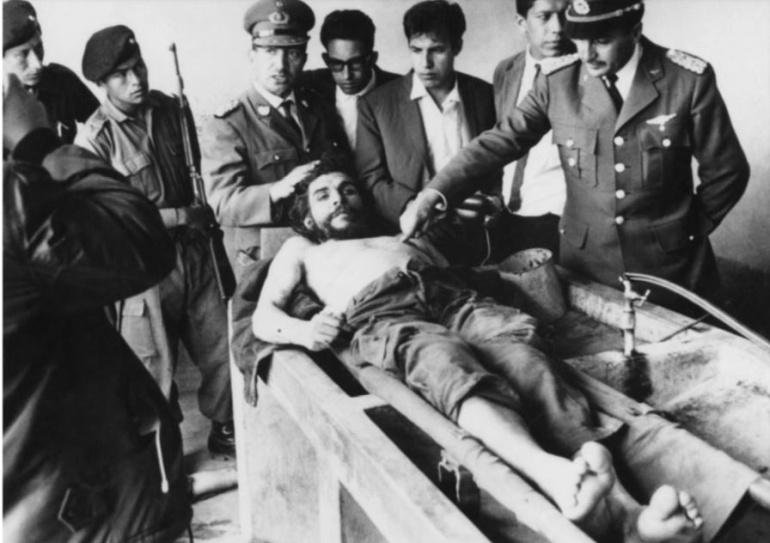 El cadáver de Ernesto 'Che' Guevara expuesto en el lavadero del hospital de Vallegrande (Bolivia) al día siguiente de su asesinato