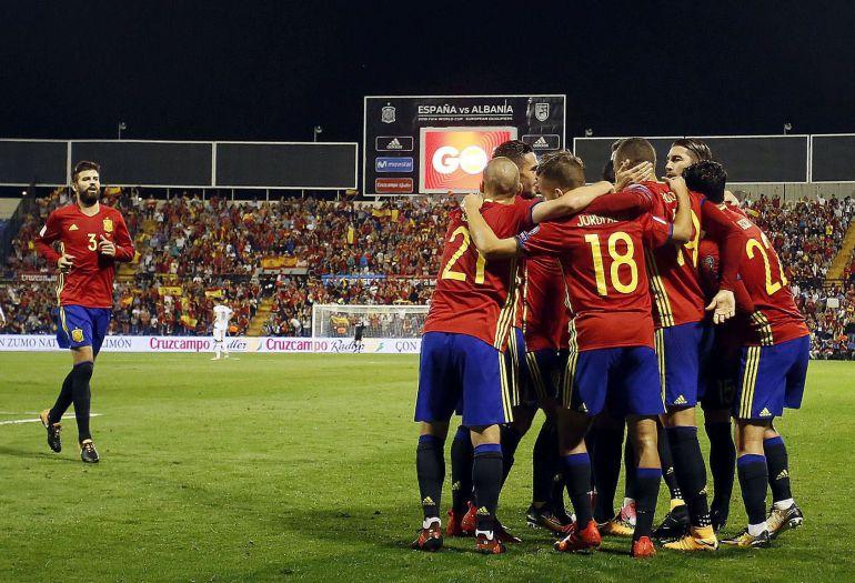Los jugadores de la selección española de fútbol celebran el primer gol ante Albania