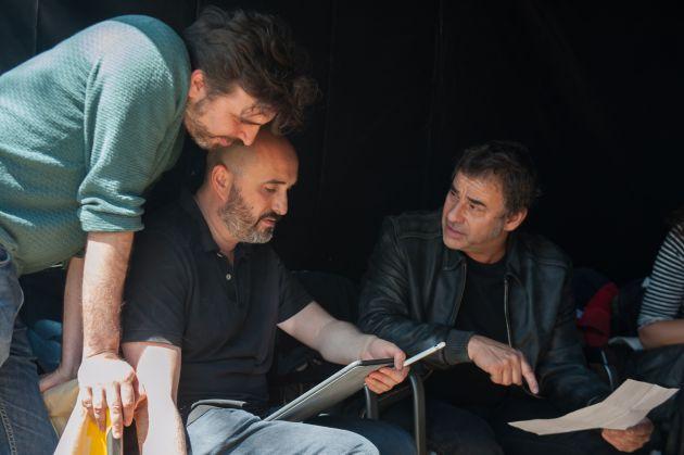 Alberto y Jorge Sánchez-Cabezudo, junto al actor Eduard Fernández