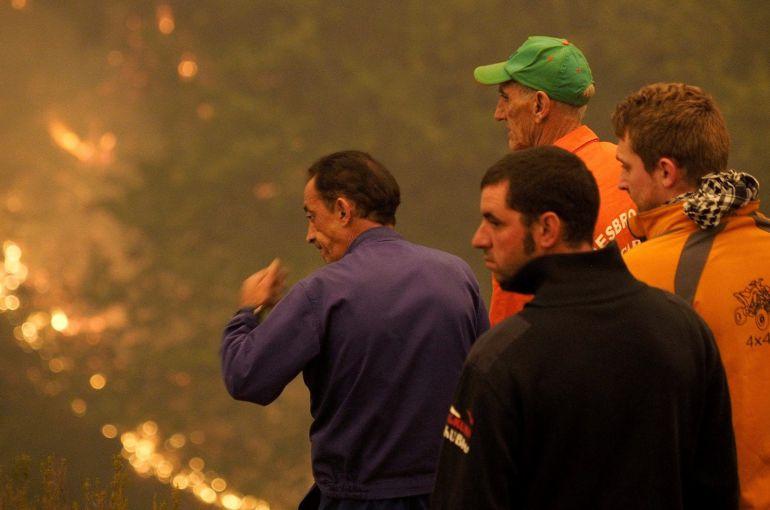 Vecinos y voluntarios preocupados por las llamas en Galicia