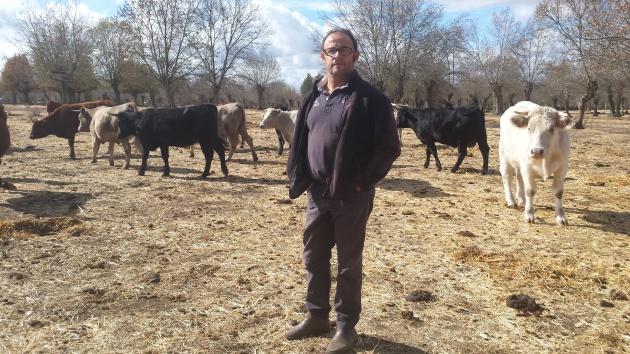 El ganadero Manuel Barahona, en su parcela del paraje de la Fresneda, en Lumbrales, Salamanca