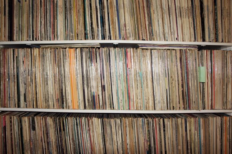 En este mundo veloz hay pocas cosas tan relajantes como pararte frente a la estanteria a elegir qué música vas a oír