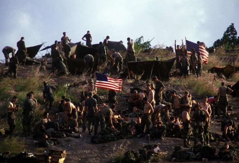 Soldados estadounidenses durante la invasión a la isla de Granada