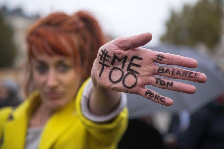 """Una mujer enseña su mano escrita con el mensaje """"A mi también"""" durante una manifestación contra el acoso sexual en París"""