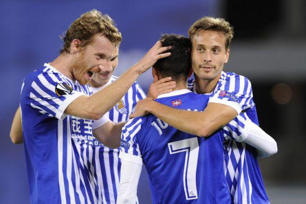 Sergio Canales y David Zurutuza felicitan a Juanmi tras su gol.