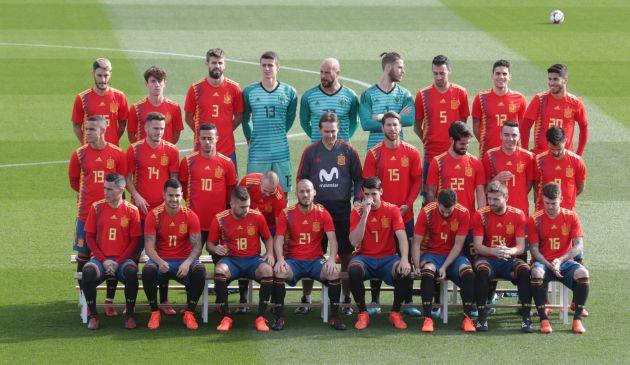 La selección española de fútbol, que estrena nueva equipación, posa para los medios antes del entrenamiento realizado hoy en Las Rozas (Madrid).