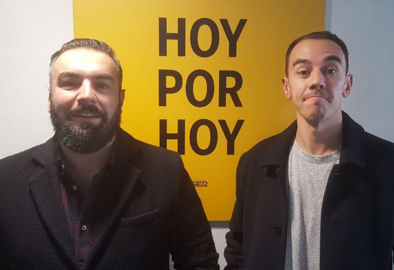 """Rober y Alberto han insistido en posar junto al cartel de """"Hoy Por Hoy"""""""