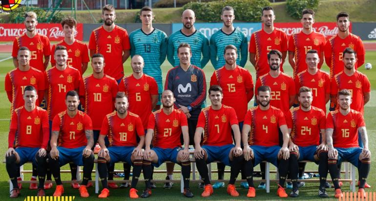 Los jugadores de la Selección Española con la polémica camiseta de Adidas