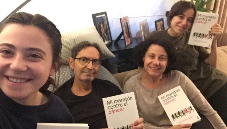 El periodista Jesús Martín Tapias junto a su familia con su libro 'Mi maratón contra el cáncer'