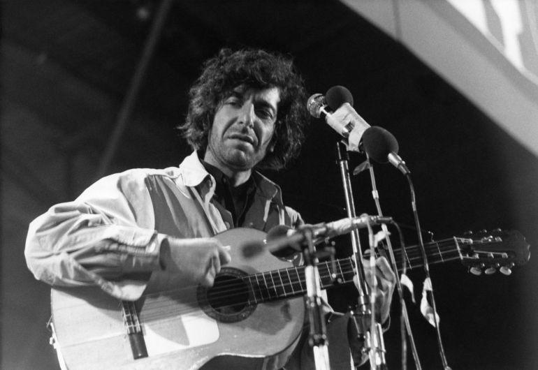 Leonard Cohen en un momento de su actuación en el Festival de la Isla de Wight el 30 de agosto de 1970