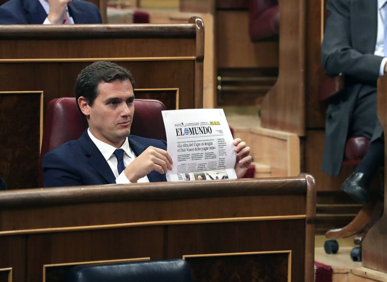 El líder de Ciudadanos, Albert Rivera, muestra el ejemplar de un diario durante el pleno del Congreso de los Diputados tras aprobar la reforma del Concierto Económico con el País Vasco y el nuevo cupo