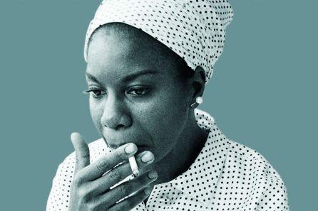 Cantante, compositora, pianista y una mujer implicada en la defensa de los derechos civiles.   Artista tan irrepetible como reconocible, sus biografías la definen como un ser tan válido como complicado.