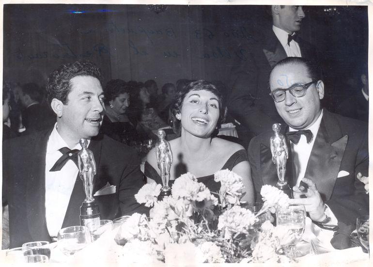 Durante la cena de gala de los Premios Ondas 1957, Juana Ginzo posa con Ángel de Echenique y Enrique Franco.