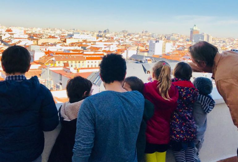 Jóvenes críticos señalando la ciudad de Madrid