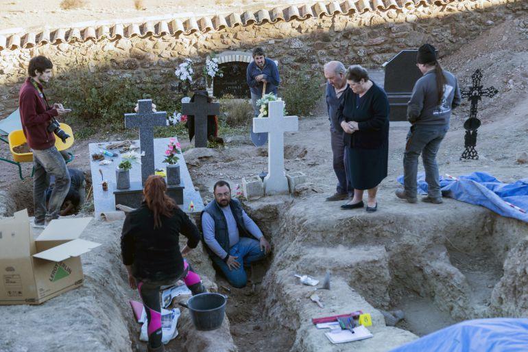 Exhumación en el cementerio de Pomer, provincia de Zaragoza, noviembre de 2017.