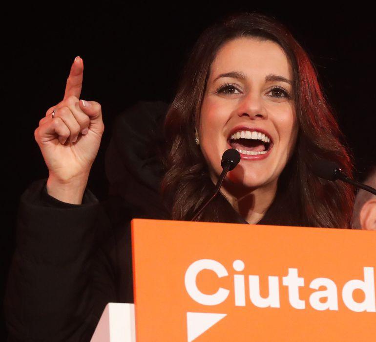 La candidata de Ciudadanos a la presidencia de la Generalitat, Inés Arrimadas, en el escenario en el que están celebrando su victoria en la jornada electoral del 21D.