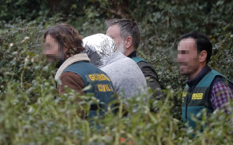 Los agentes de la UCO trasladan a su vivienda al autor confeso del crimen desde la nave de Ranxo donde ha aparecido el cadáver de la joven.
