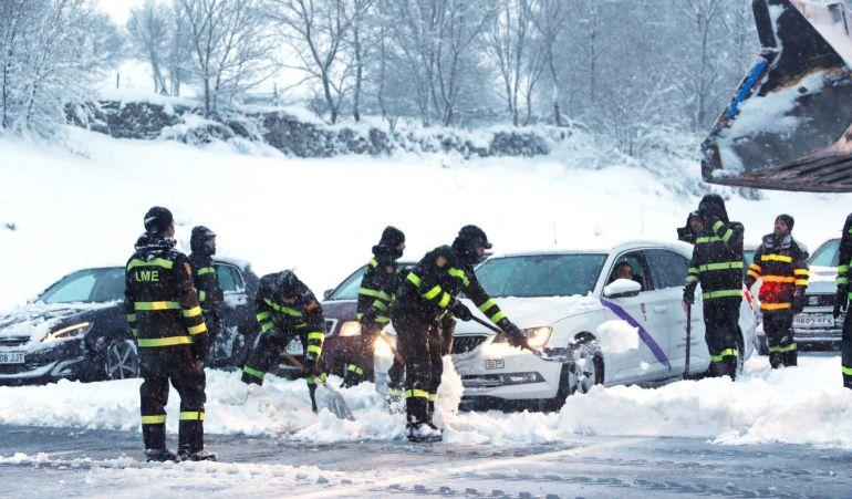 Efectivos de la Unidad Militar de Emergencias (UME) trabajaron para liberar a los vehículos atrapados en varios tramos de la AP-6 por la nevada.