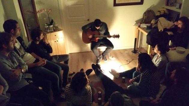 Dani Red tocando en el salón de una casa el pasado mes de noviembre