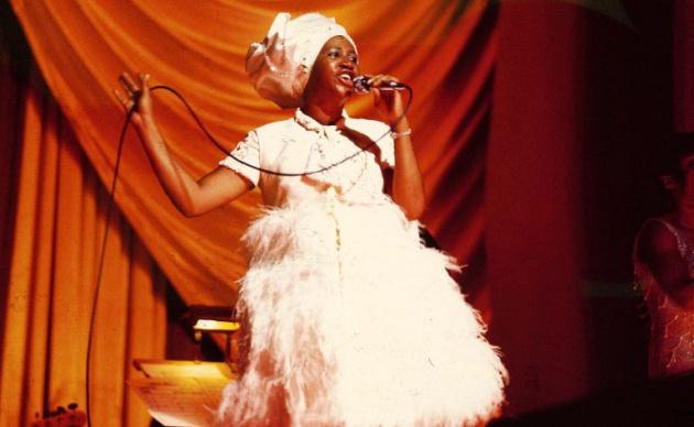 Aretha Franklin durante una actuación a final de los 60