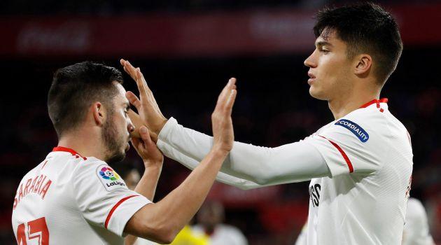Pablo Sarabia y Joaquín Correa celebran uno de los goles del equipo sevillista