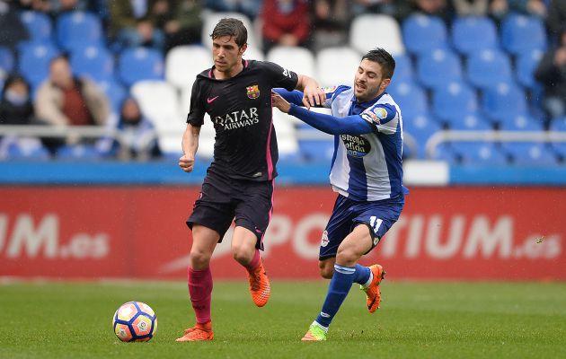 Carles Gil intenta robar un balón a Sergi Roberto