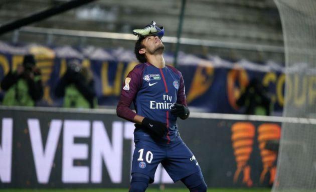 Neymar celebra un gol, el pasado miércoles, con su bota en la cabeza
