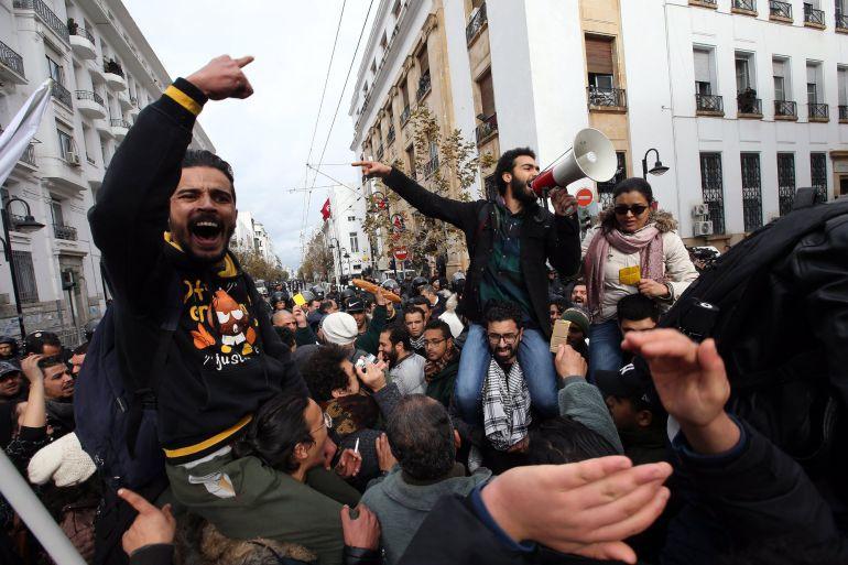 Manifestantes tunecinos gritan consignas durante una protesta en contra de la política económica del Gobierno tunecino, en Túnez, hoy, 12 de enero de 2018. La oposición progresista tunecina acusó ayer al primer ministro, Yusef Chaheed, de tratar de eludir su responsabilidad al culpar a otros partidos de fomentar las protestas sociales que agitan el país, con casi 600 detenidos desde el inicio de los disturbios